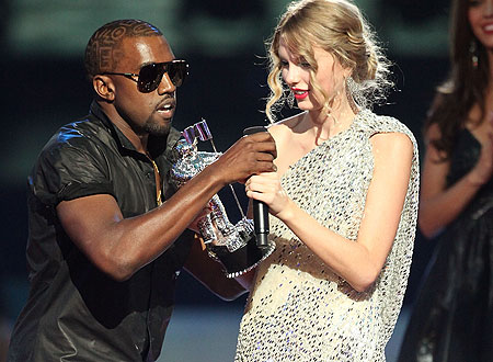 Kanye West grabs mic frmo Taylor Swift - MTV awards 2009