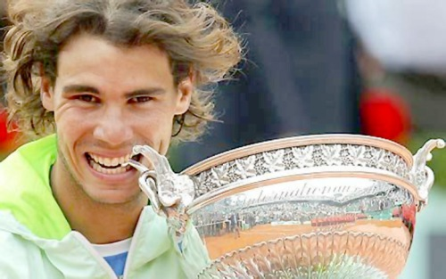 Rafael Nadal biting French Open trophy 2010 after defeating Robin Soderling